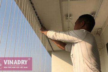 Anh thợ kỹ thuật cảu Vinadry đang thi công lưới bảo vệ an toàn ban công