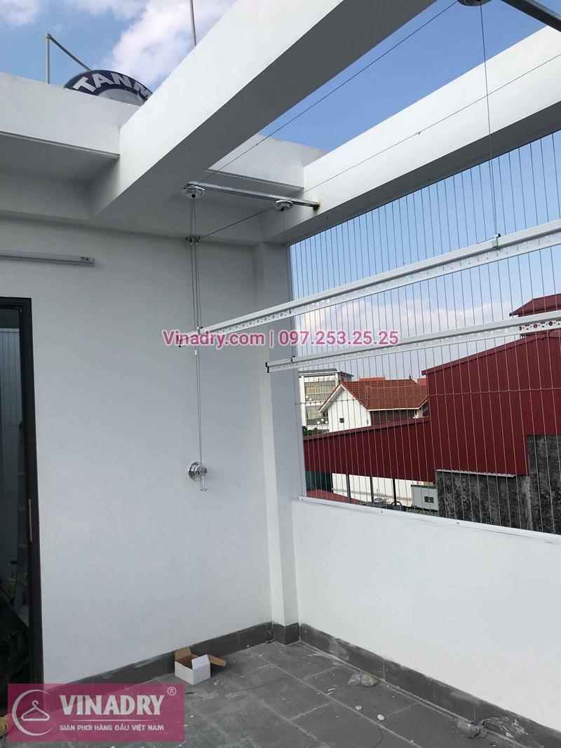 Lắp giàn phơi Hòa Phát ở trần mái kính nhà chị Lụa ở Thịnh Liệt