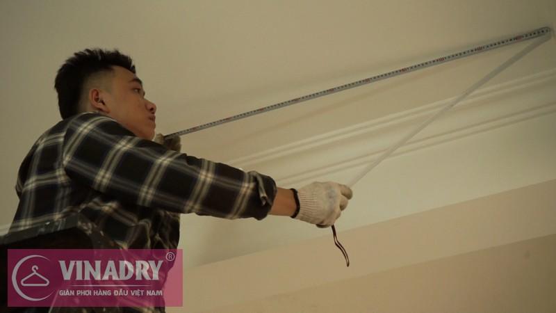 Nhân viên kỹ thuật của Vinadry đo đạc và đánh dấu các vị trí trên trần nhà để lắp puli của dẫn hướng