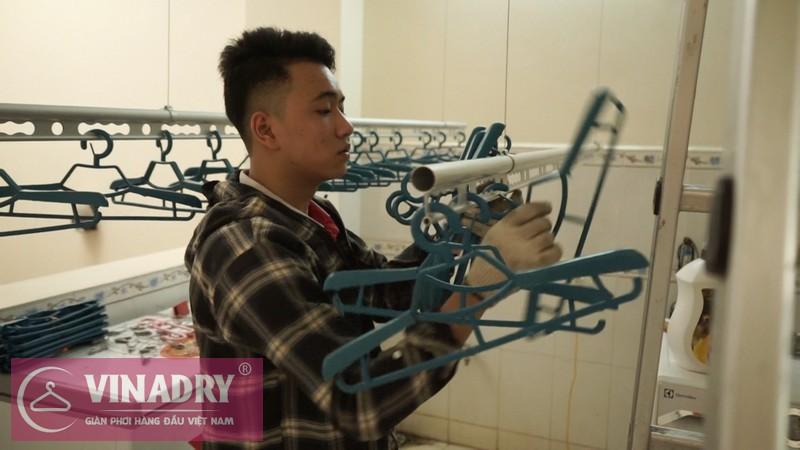 Thợ kỹ thuật móc hết 30 móc treo quần áo cao cấp Vinadry tặng riêng cho gia đình chú Sơn lên 2 thanh phơi