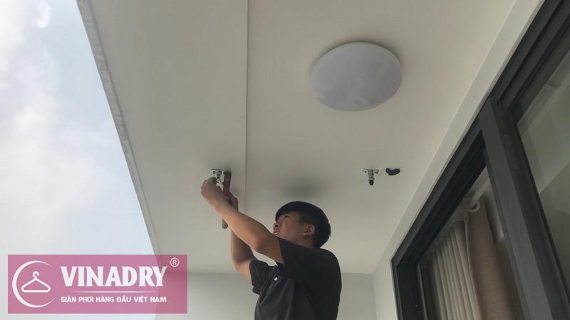 Dùng khoan bê tông khoan trực tiếp vào các điểm mực đã đánh dấu trên trần nhà