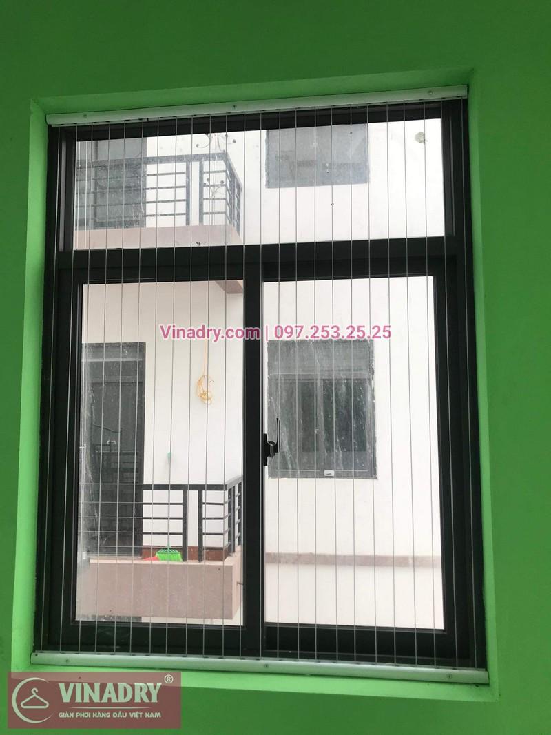 Cửa sổ của quán cũng được lắp lưới an toàn để đảm bảo kẻ xấu không thể đột nhập vào quán từ bên ngoài